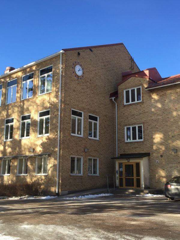 Smedbergsskolan. Boende på mjukt underlag i skola. Bokas dygnsvis 6 juli - 9 juli 2017