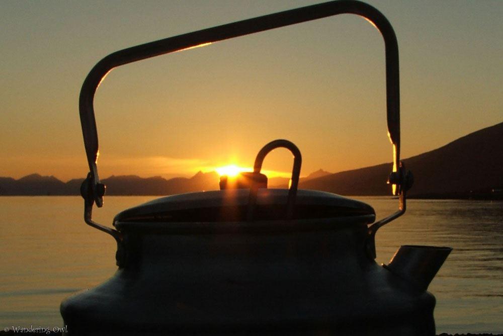 Sommernatt rundt bålet – en fjordtur med fotografering og hjemmelaget mat