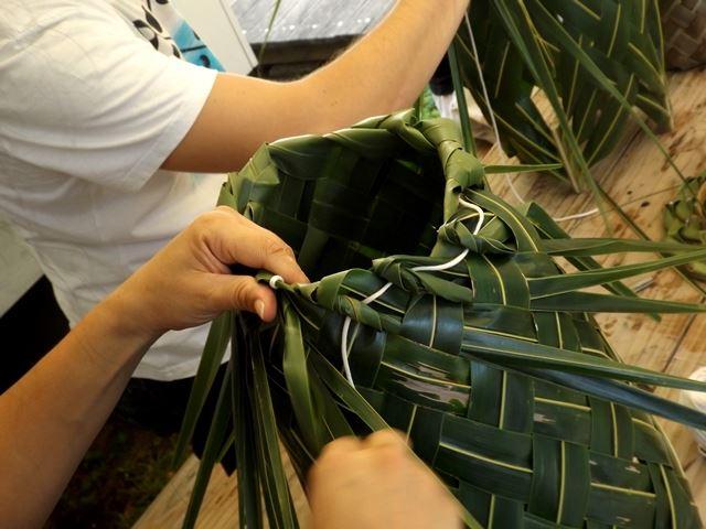 Grenzenlos mit Kokosblättern flechten