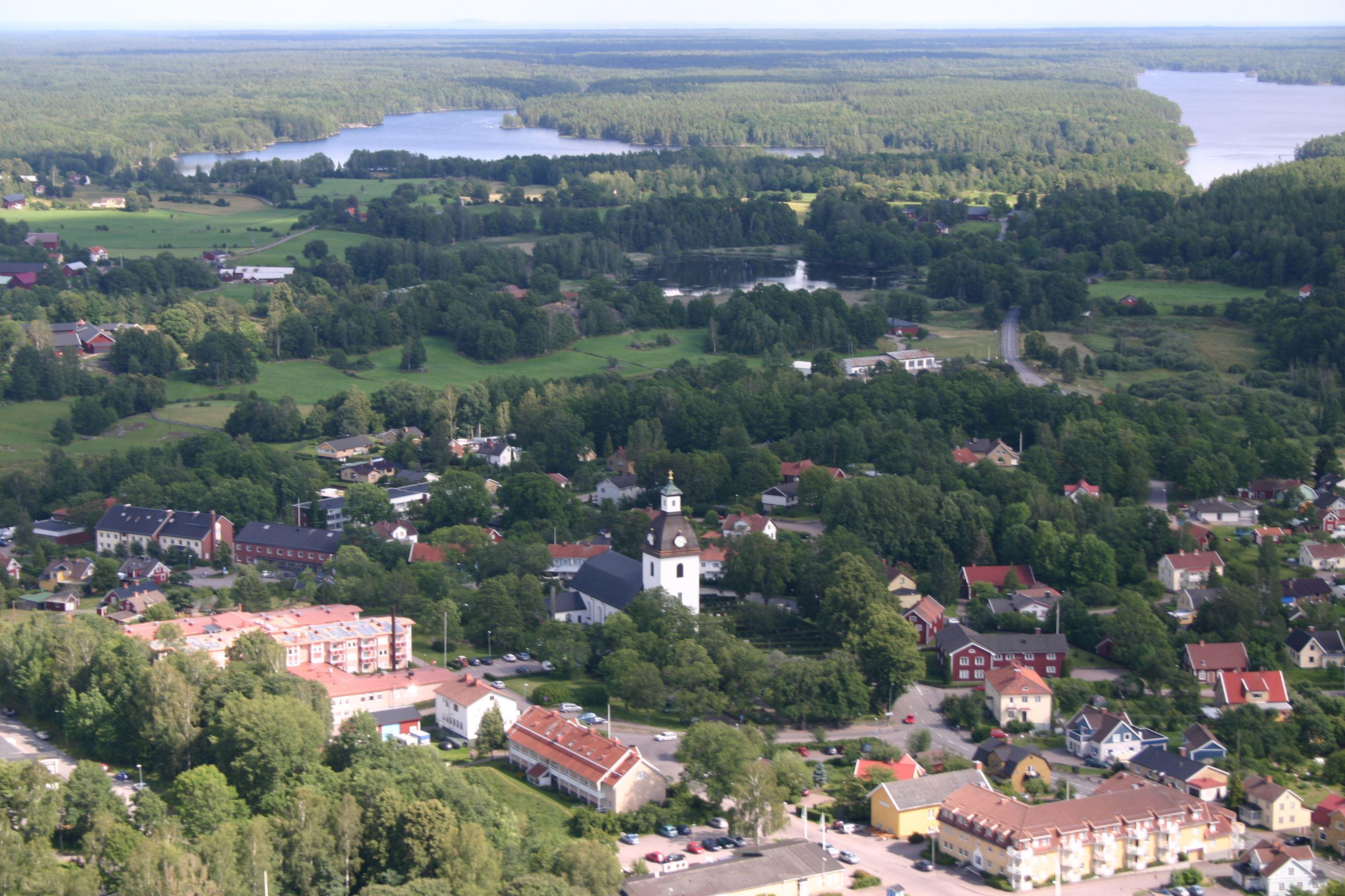Nils Thorén, Kristdala samhälle med kyrkan mitt i byn och sjön Hummeln i söder