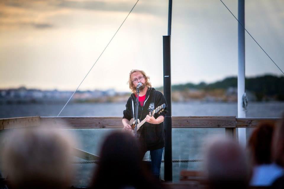 Livemusik med Jocke Müllo vid sjökanten på Freddies Lounge