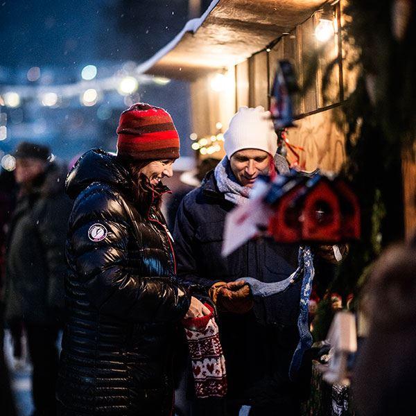 Foto: Sandra Lee Petersson,  © Copy: Visit Östersund, Två personer som tittar på julpynt