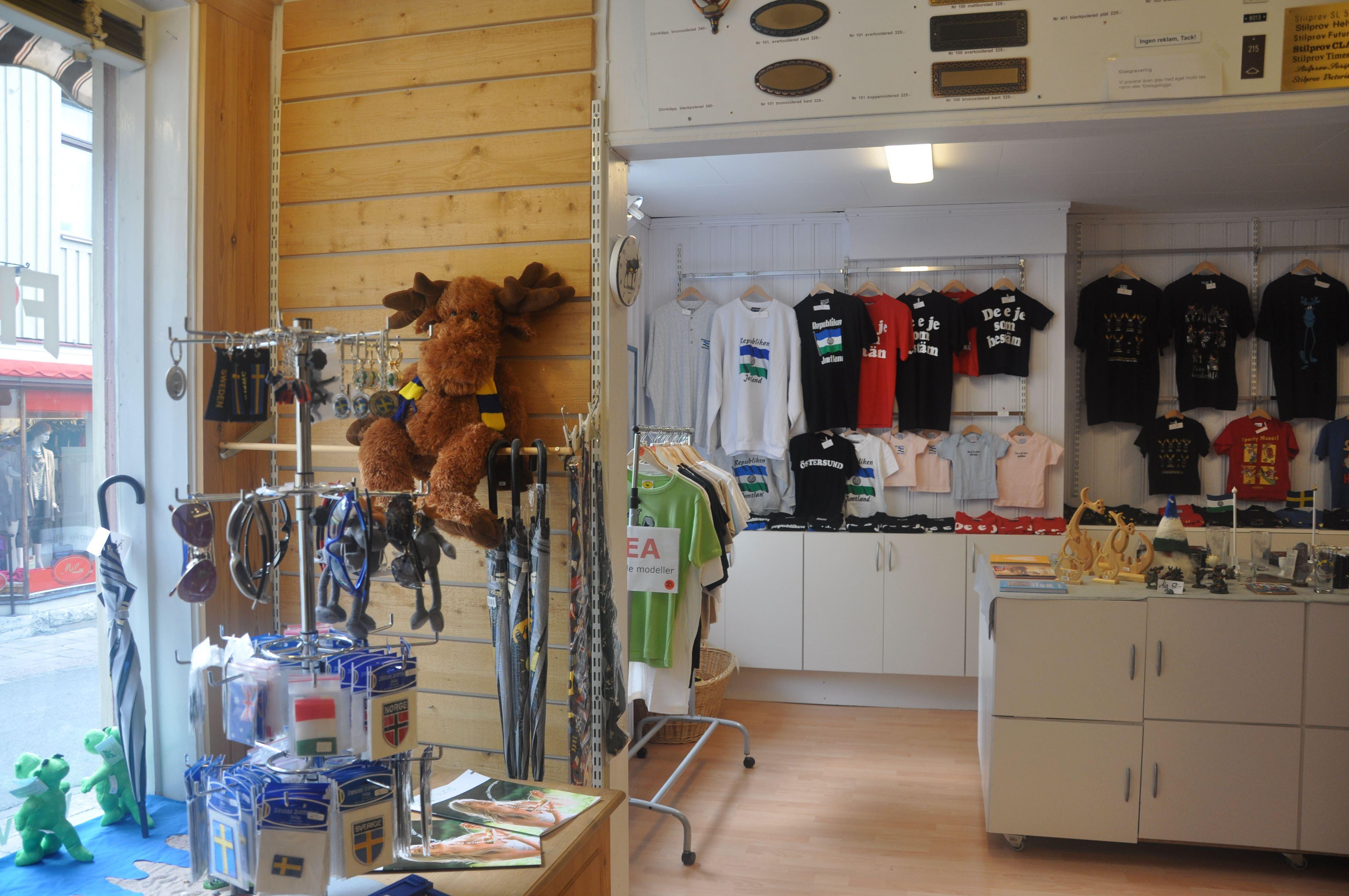 Foto: Flaggbutiken,  © Copy: Visit Östersund, Souvenirprodukter