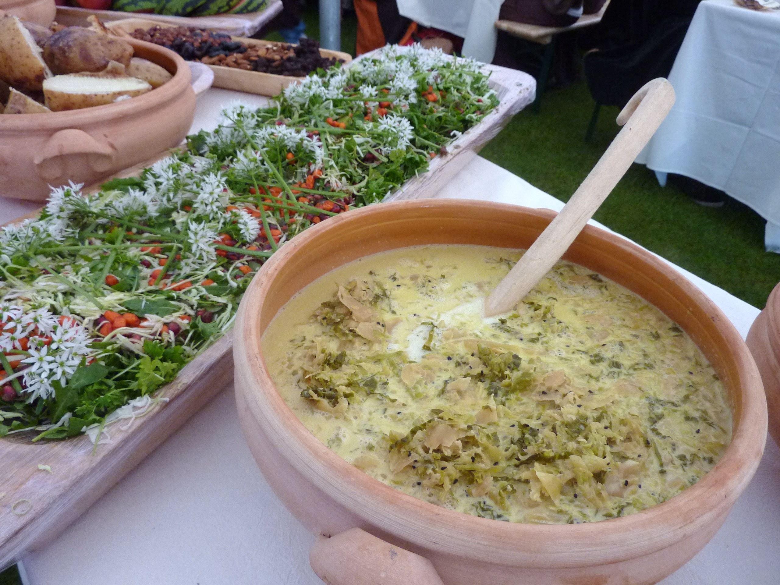 Renæssance-buffet, gøgl og lystige toner.