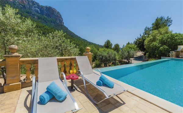 Pool med utsikt över bergen, Hotell S'Olivaret, Orient, Mallorca, Signaturresor
