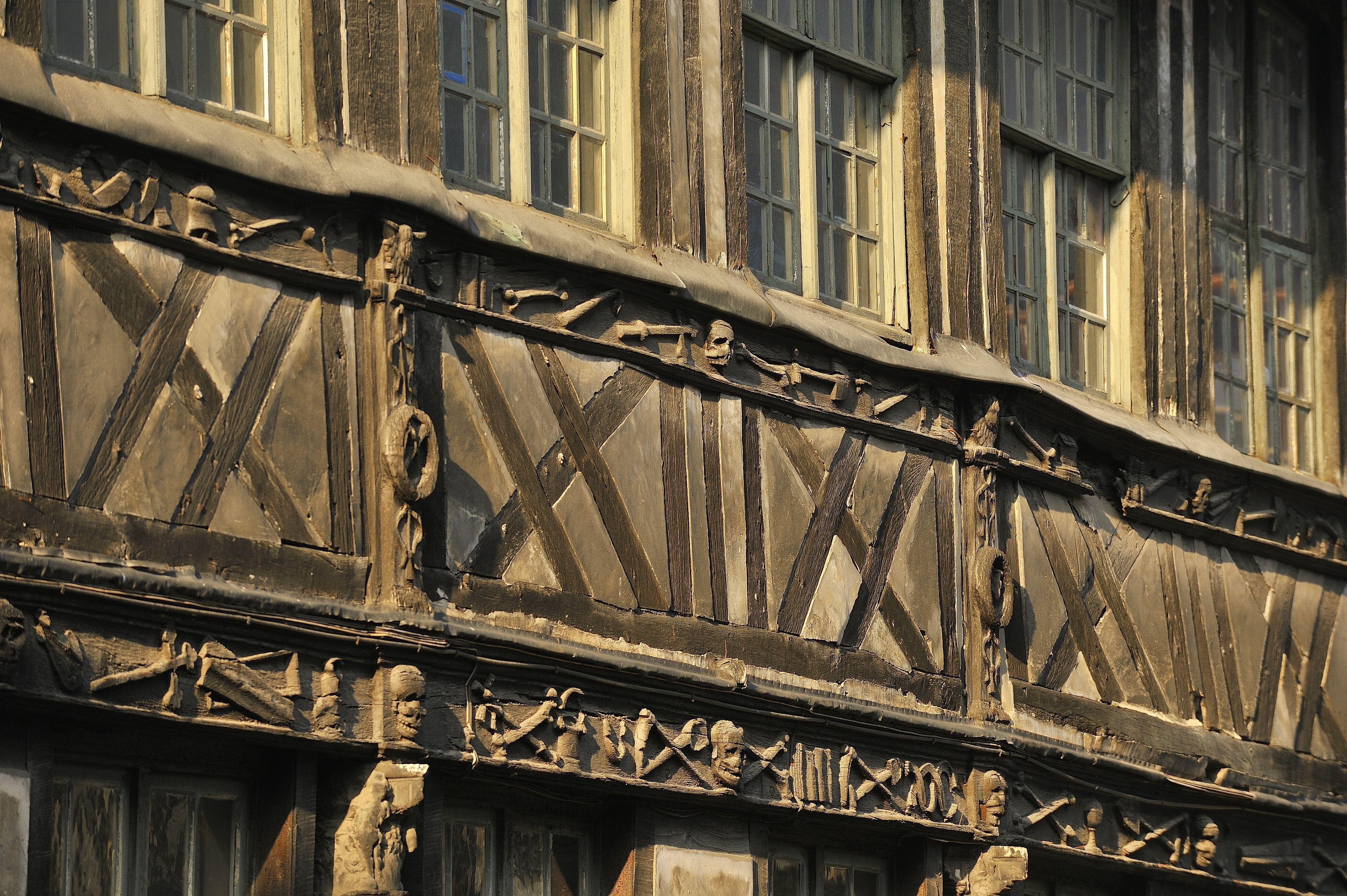 Dansons avec les morts à Rouen (visite à la bougie)