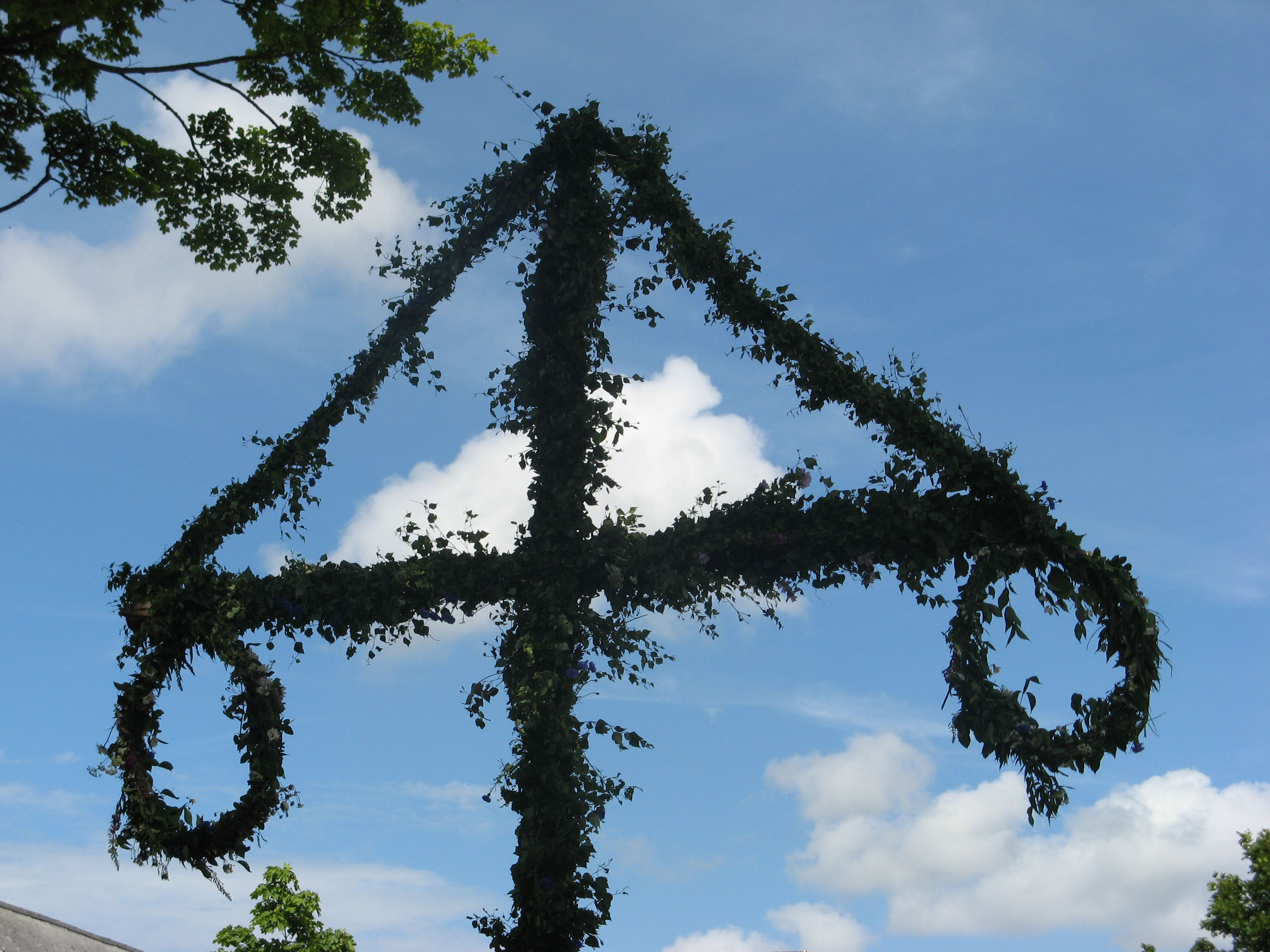 Decorate the maypole with flowers in Ängelholms Homestead Park