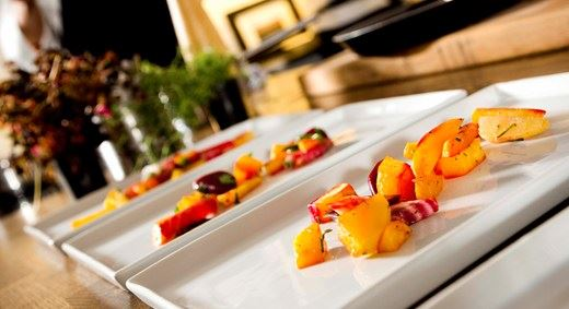 en bild på tre uppradade tallrikar med härlig färgglad mat