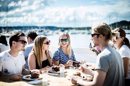 Foto: Sandra Lee Petersson,  © Copy: Visit Östersund, Ett sällskap med killar och tjejer som äter middag