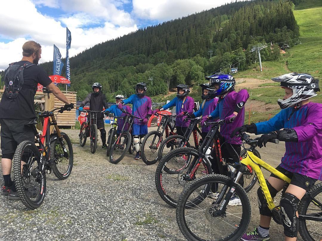 Cykla downhill - här hyr du utrustning och bokar coach