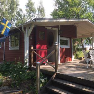 Stuga med veranda på framsida