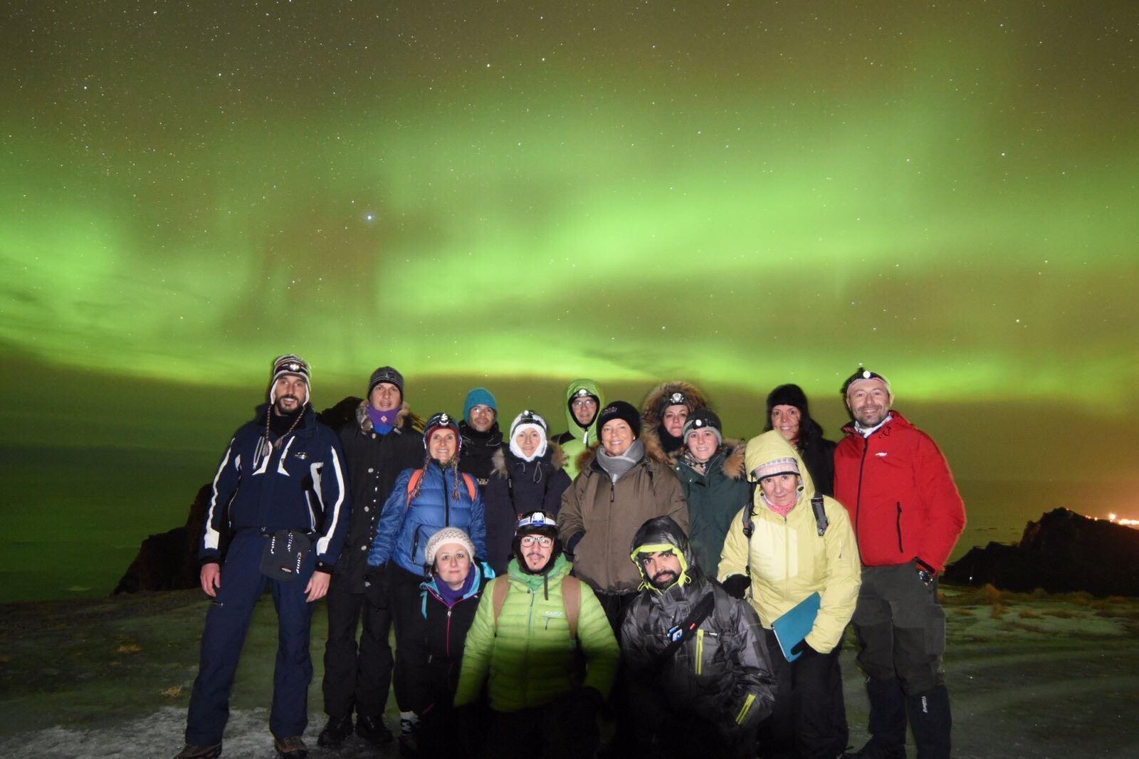 Nordlys observasjon fra fjelltopp med isbrodder og hodelykt