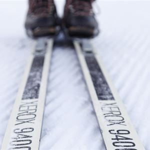 Närbild på skidor på snö.