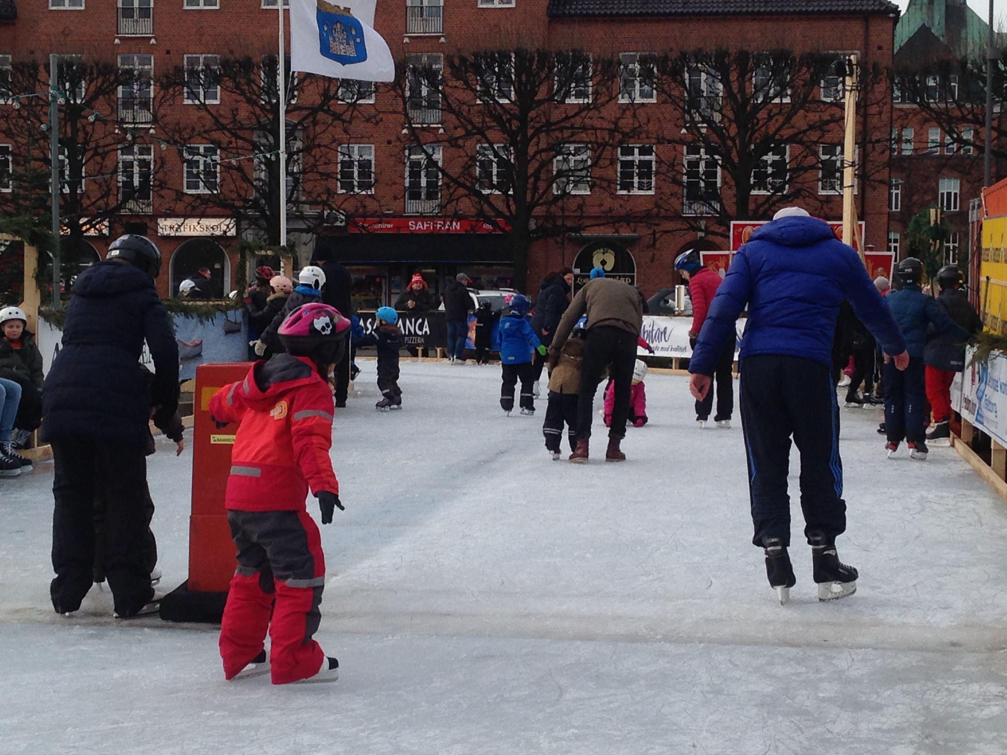 Susanne Nilsson,  © Susanne Nilsson, Trelleborgs kommun, Skridskor på Stortorget i Trelleborg