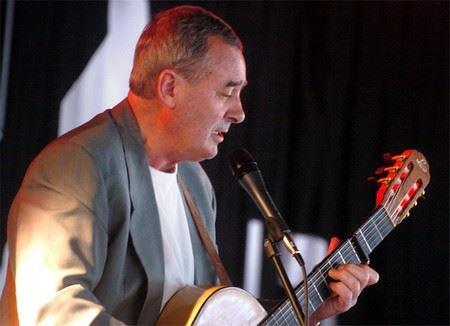 Entertainer Dan Ekström spelar, sjunger och berättar.