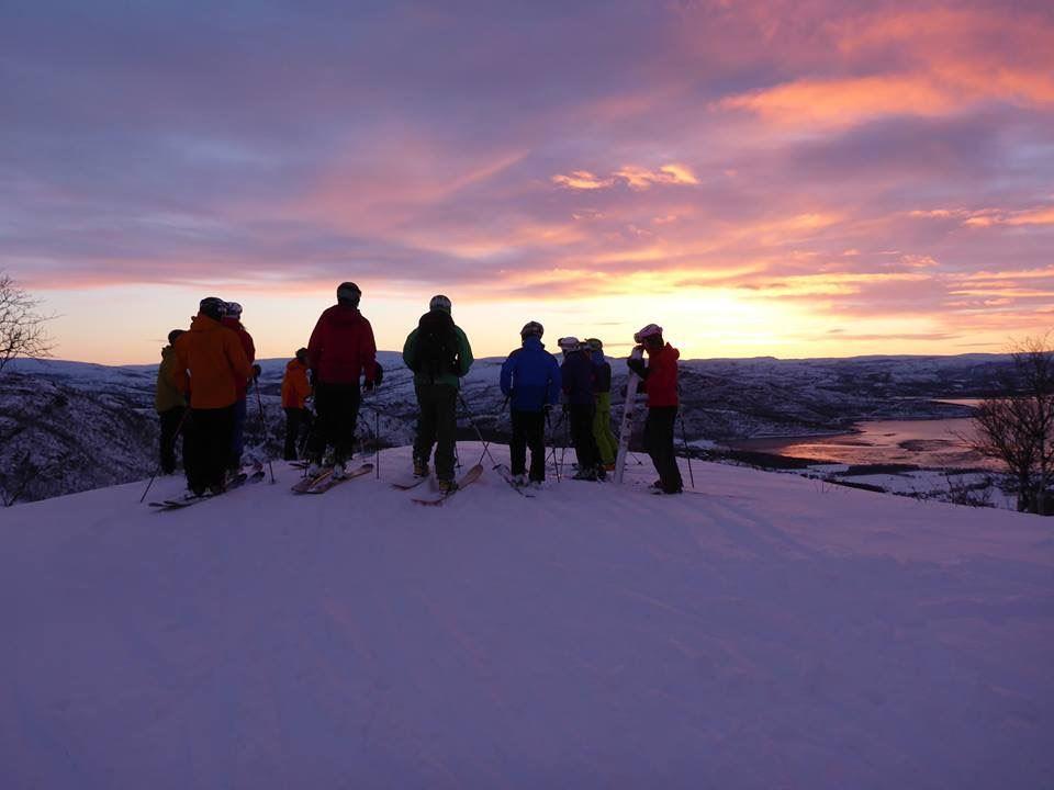 Alpinskiing/snowboarding under the northern lights