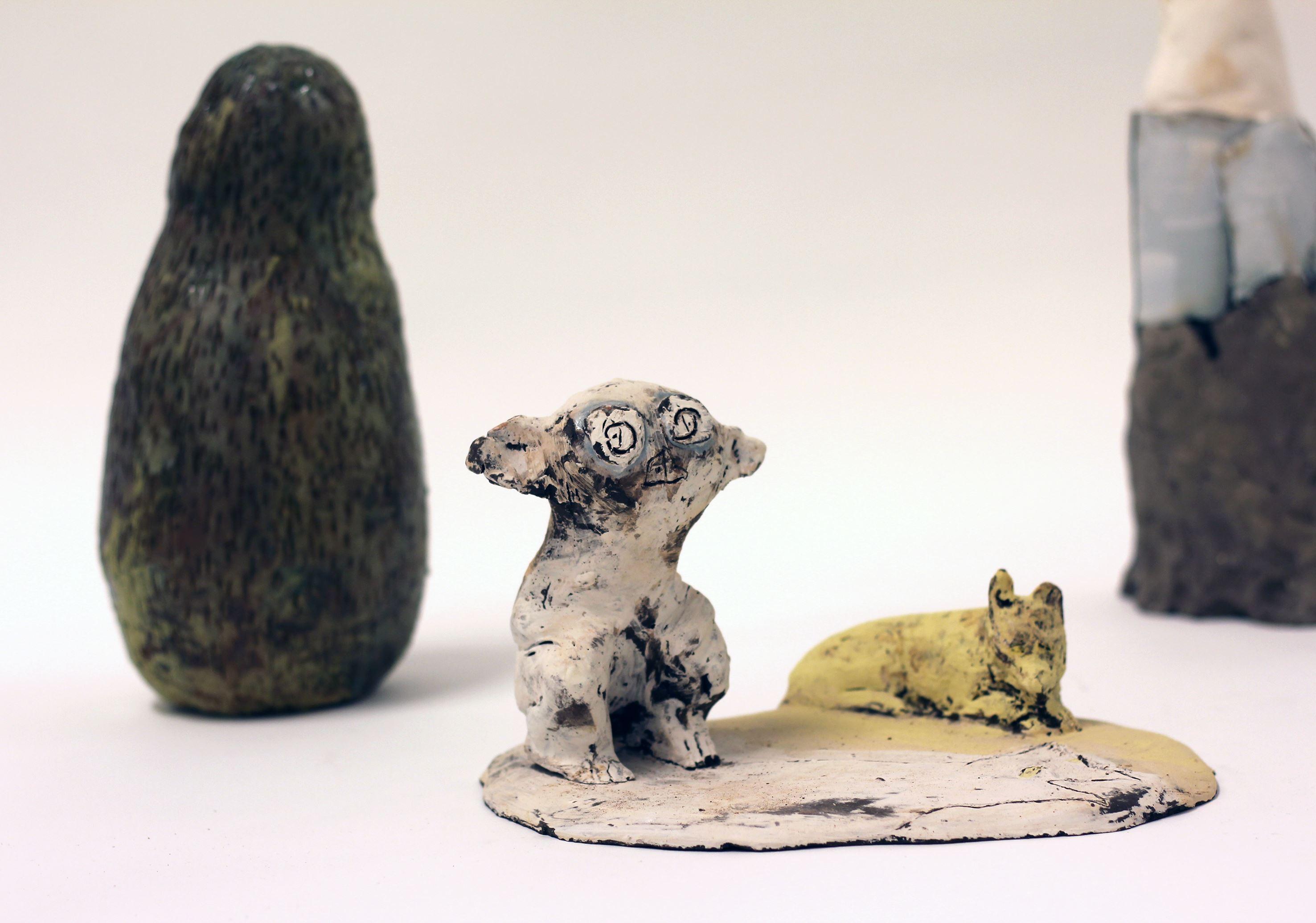 """""""Lådans botten var en sluttning ner till de blå träden"""", keramisk skulptur av Kajsa Sognell."""
