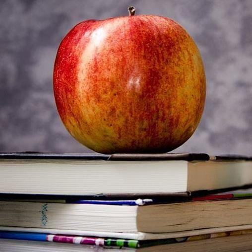 © Jarmoluk/Pixabay, Äpple och böcker
