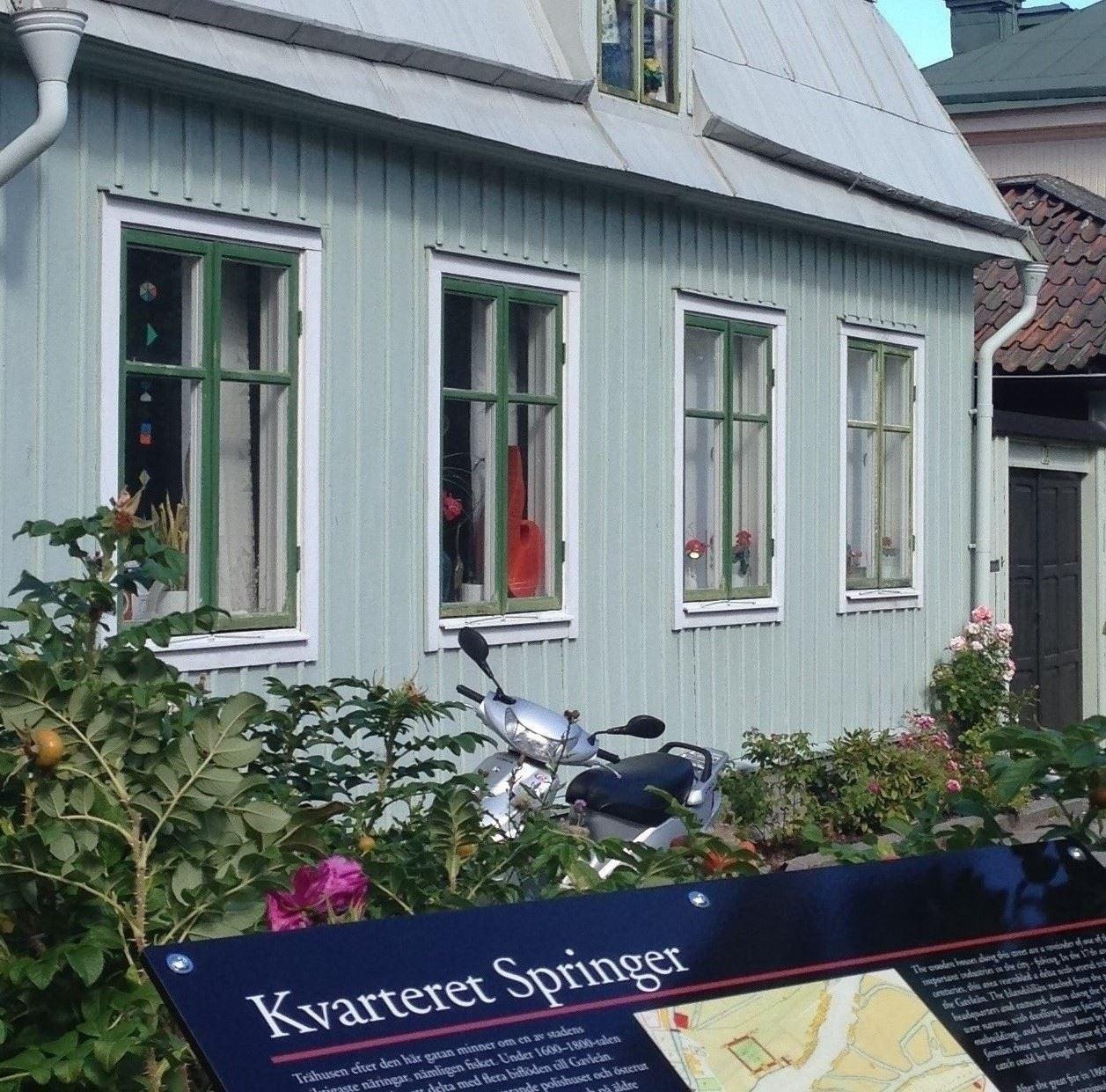 Skyltar visar vägen till Gävles byggnadshistoria