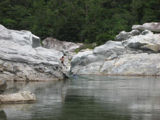 Nadar en Aguas Cristalinas en el Rio cangrejal