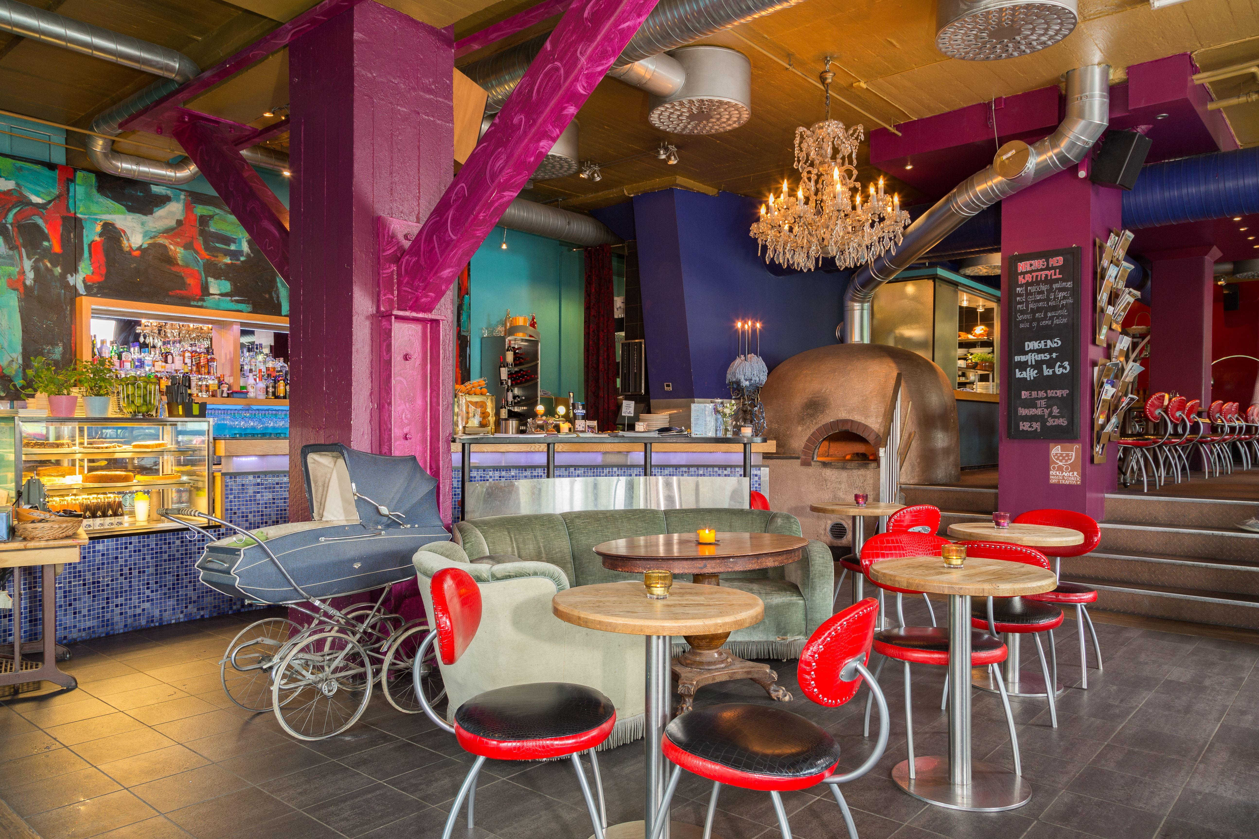 Café Bare Blåbær/Sven-Erik Knoff, Et uformelt sted med meny for både lunsj og middag.