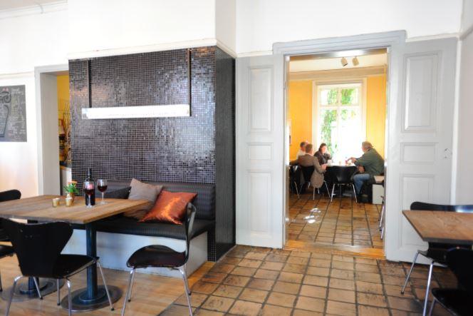 Café Ni muser, Kunstkafé med god mat og drikke, og en fantastisk bakgård.