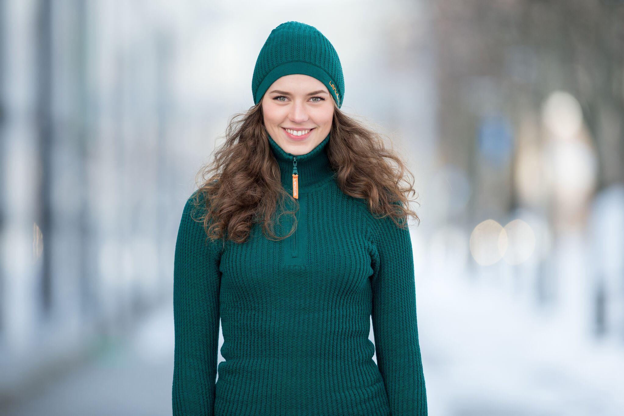 Lanullva, Kvinne i grønn ullgenser og grønn ullue fra Lanullva