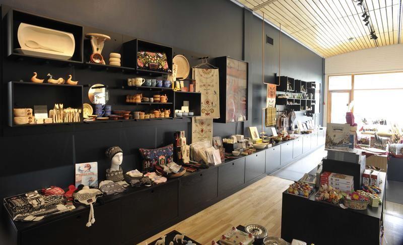 Sverresborg Folkemuseum, Varer i hyllene på museumsbutikken på Sverresborg Folkemuseum