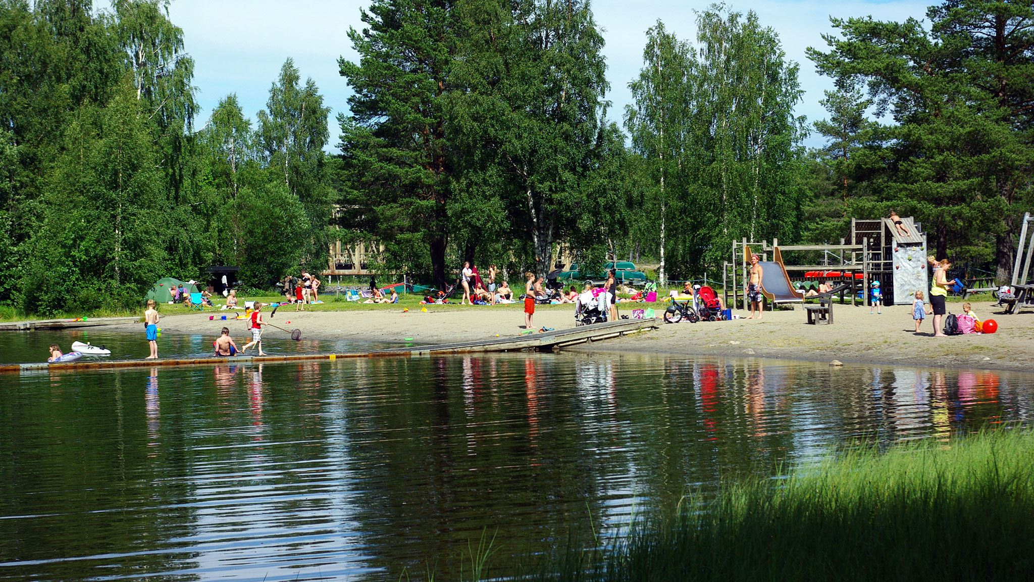 Foto: Lits Camping,  © Copy: Lits Camping, Välbesökt badplats under fina sommardagar