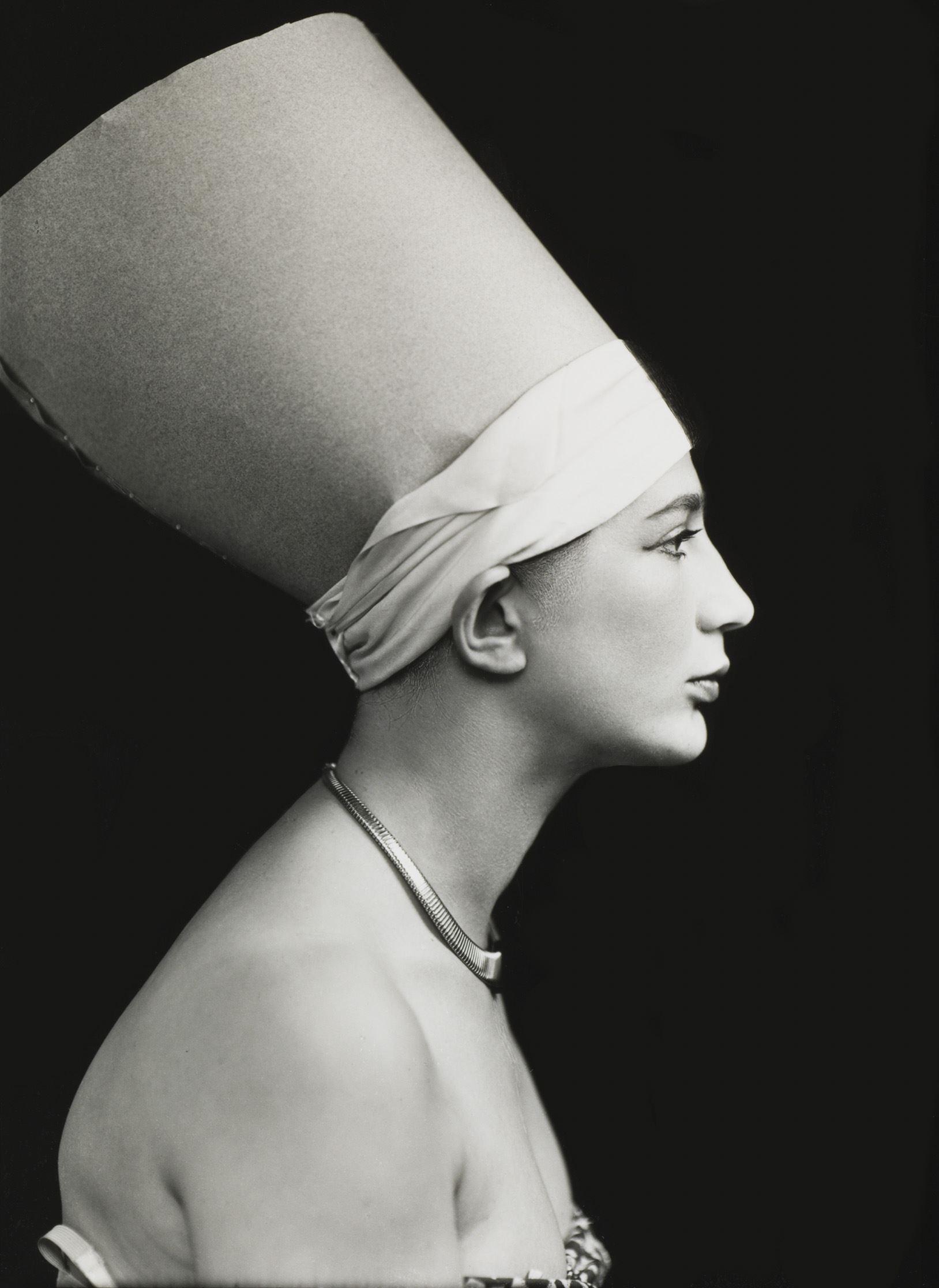 Anna Riwkin,  © Moderna museet, Självporträtt av fotografen Anna Riwkin som Nefertiti från ca 1930.