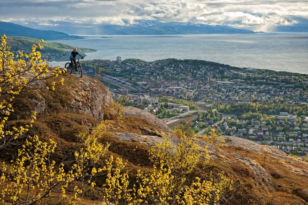 Rune Dahl,  © www.runedahl.no, Mountainbiking in Tøttadalen with the view over Narvik City