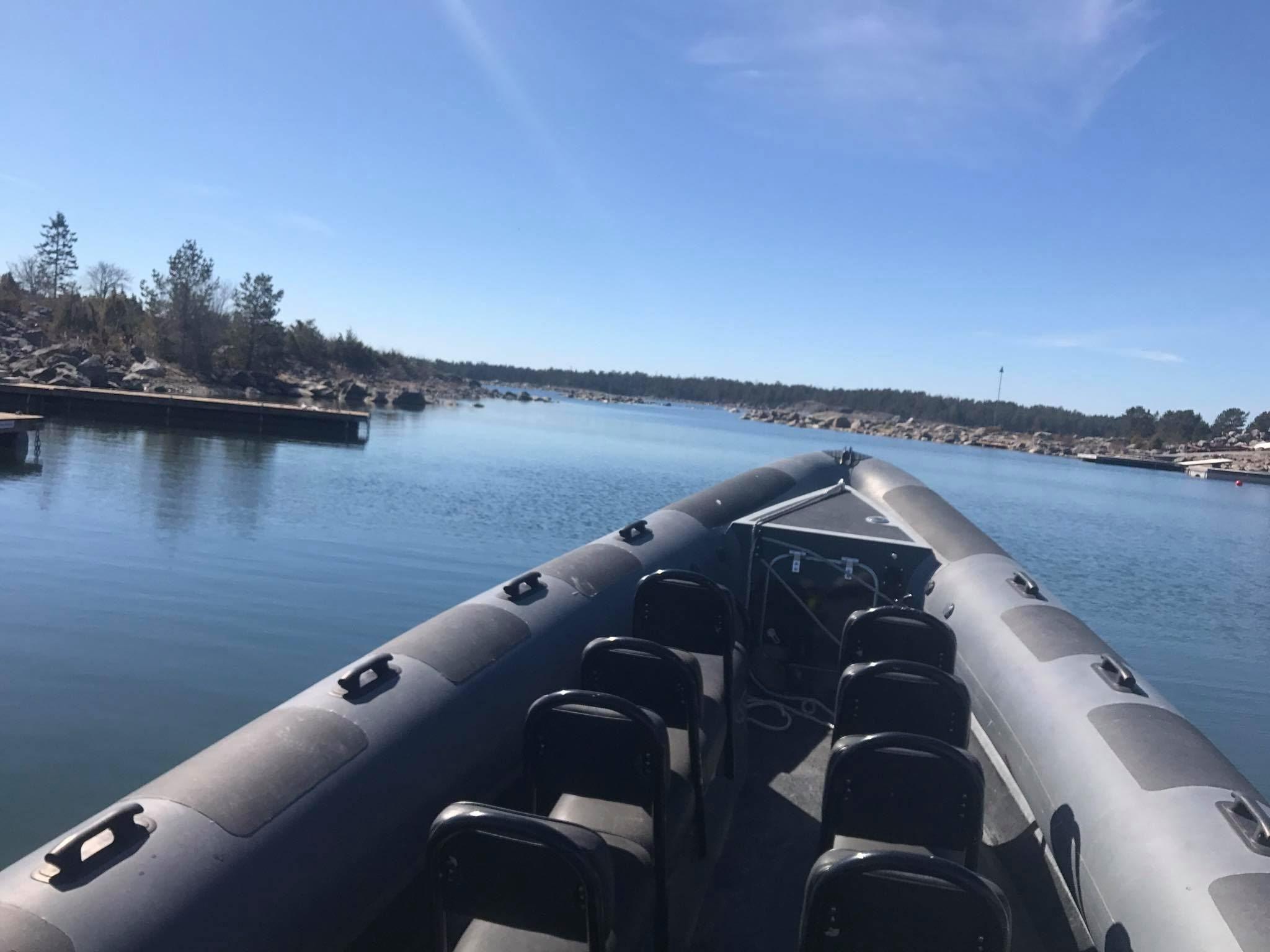 RIB-båt till Storjungfrun. Fyr på ön är öppen