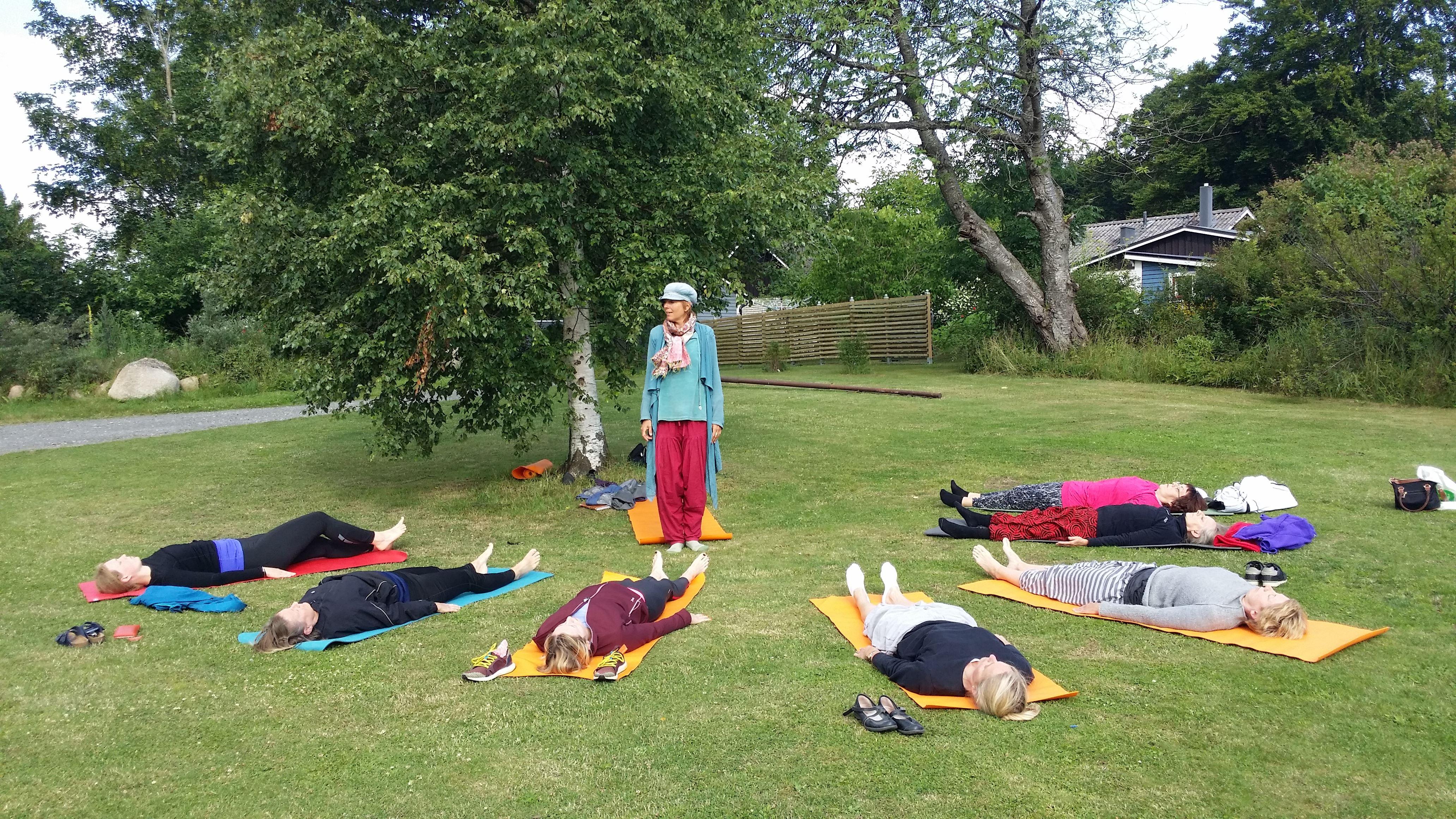 Yoga i bageriträdgården