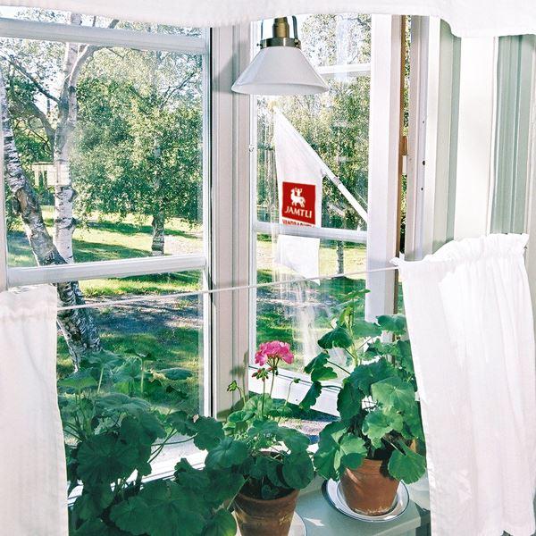 Foto: Jamtli Vandrarhem,  © Copy: Jamtli Vandrarhem, Fönster med blommor
