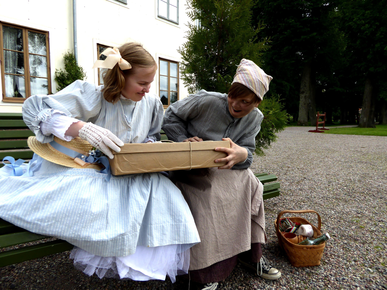 Josephine Göransson (Alice Modig) och Dal-Britadottern Anna (Cecilia Modig)