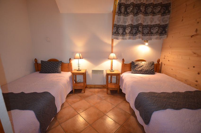 5 rooms 9 people / MARIE GROS 1