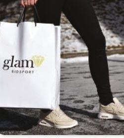 Foto: Glam Ridsport ,  © Copyright: Glam Ridsport , Person bär påse med loggan Glam ridsport
