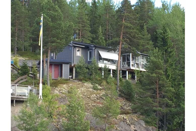 KÖPMANHOLMEN - Stuga 75 kvm med rejält kök, inglasad altan,  strandtomt i Näskefjärden (havet)