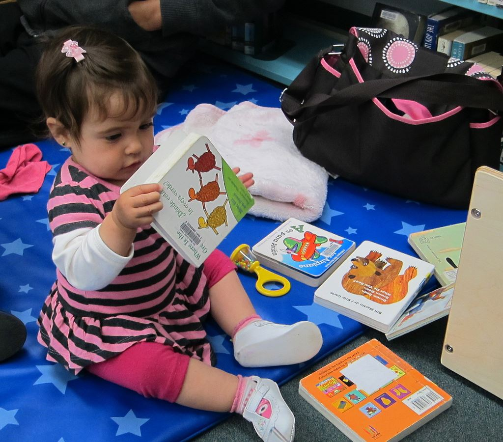 san library county library ,  © san library county library Flickr cc by nc sa 2.0, Boklek med baby i Sagohuset