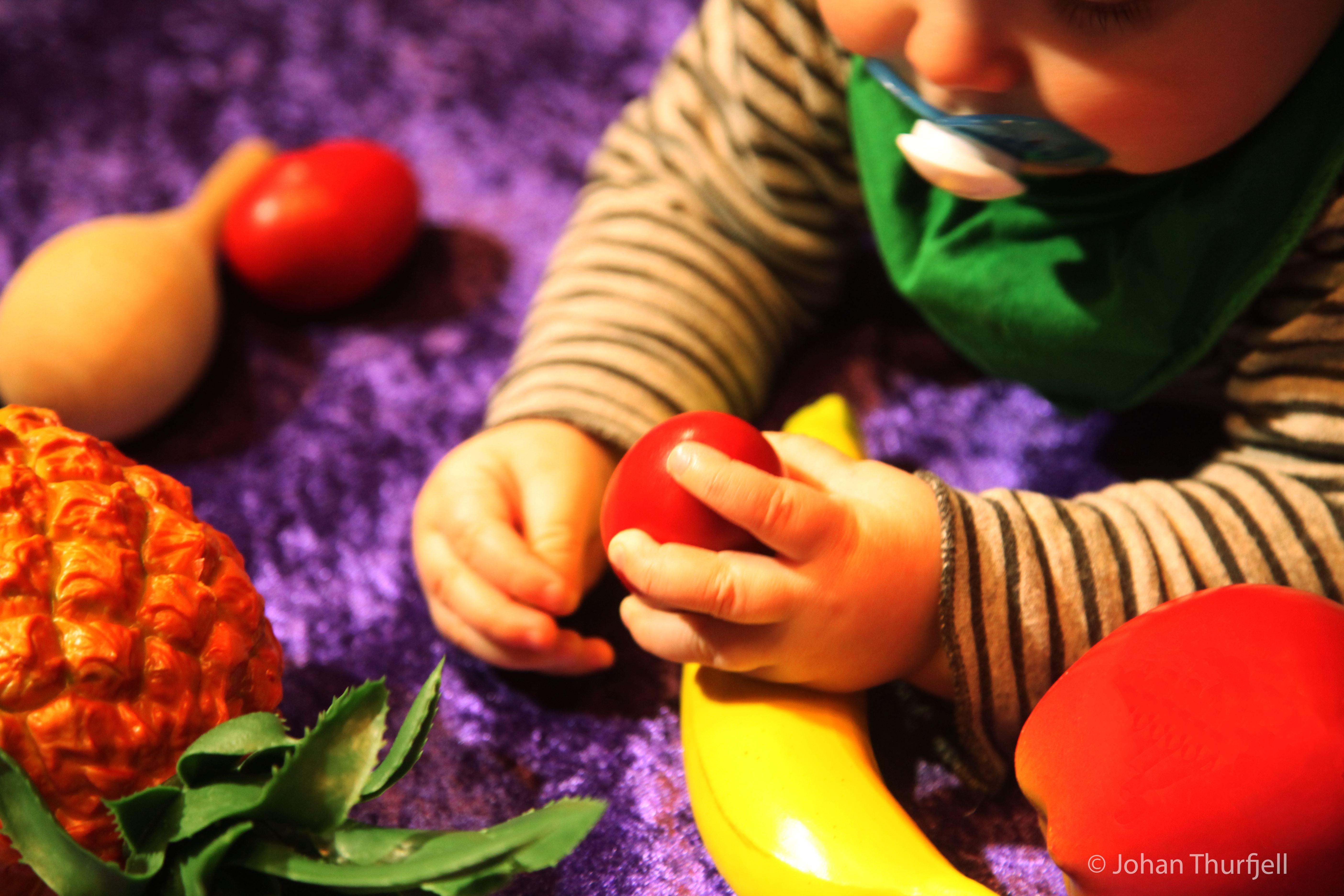Johan Thurfjell,  © Johan Thurfjell, Baby med plastfrukter
