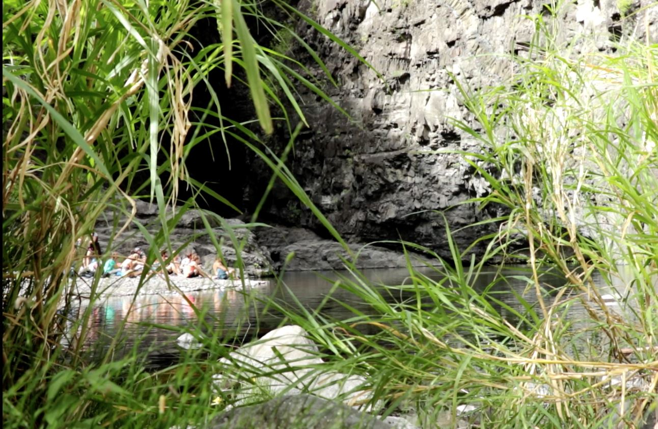 Zarlor Rando Culture - Vien manz in gazon dann fon la rivière