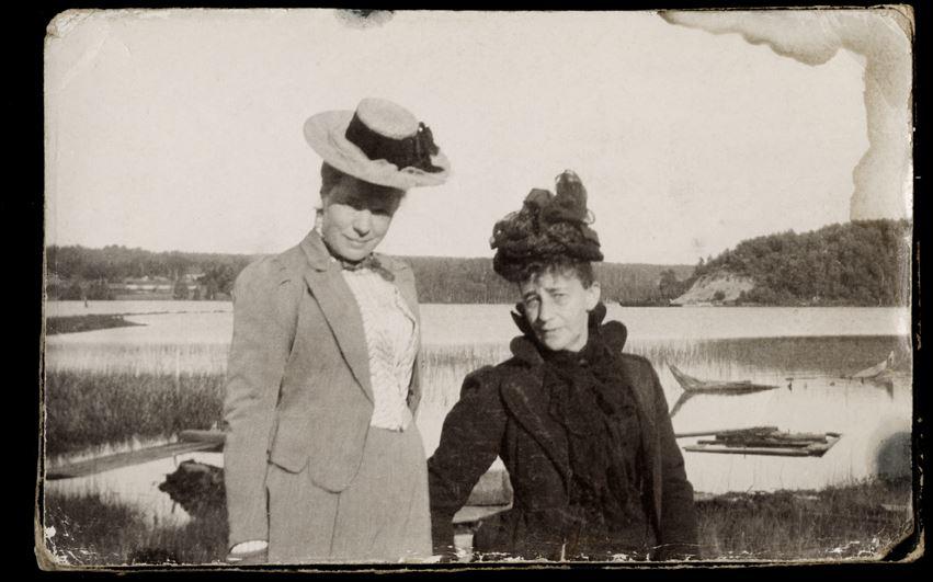 Två ensamma fruntimmer på resa –  Fotografi ur Selma Lagerlöfs album