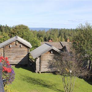 Utsikt från Hotellet mot fäbodstugor.