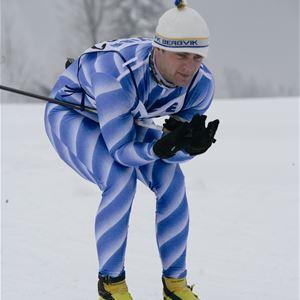 Manlig skidåkare i skidspåren.