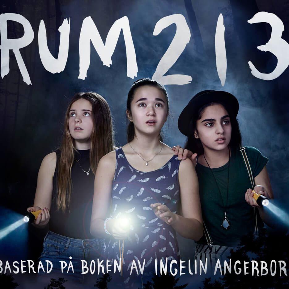 Foto: Folkets Bio Regina,  © Copy: Folkets Bio Regina, Tre tjejer som lyser med ficklampor