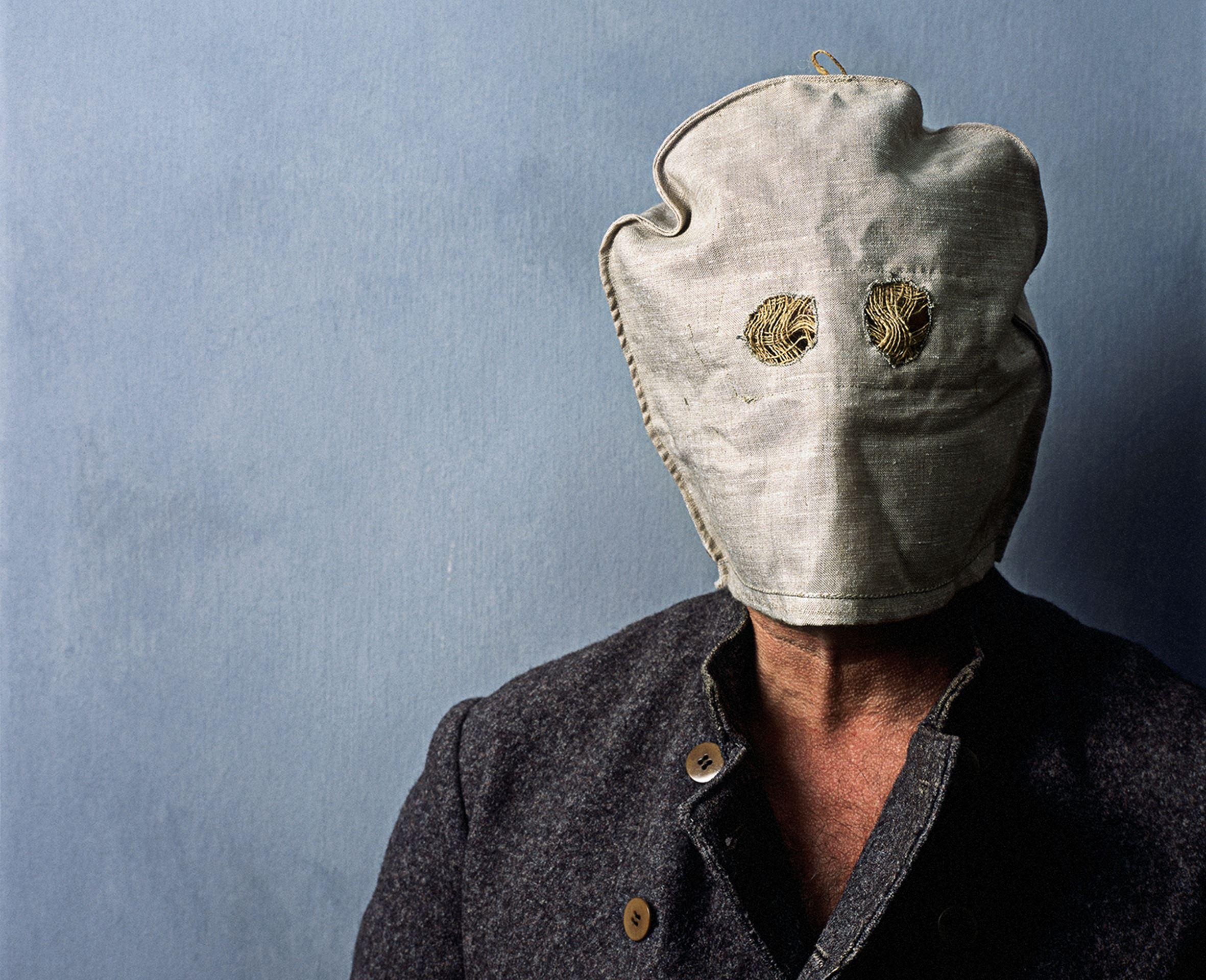 © sveriges fängelsemuseum, En man som bär en fångmask.