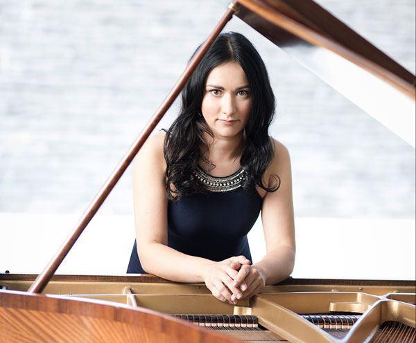 Dinara Klinton, piano