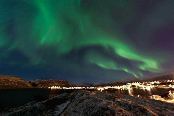 Nordlyset danser over himmelen i Båtsfjord
