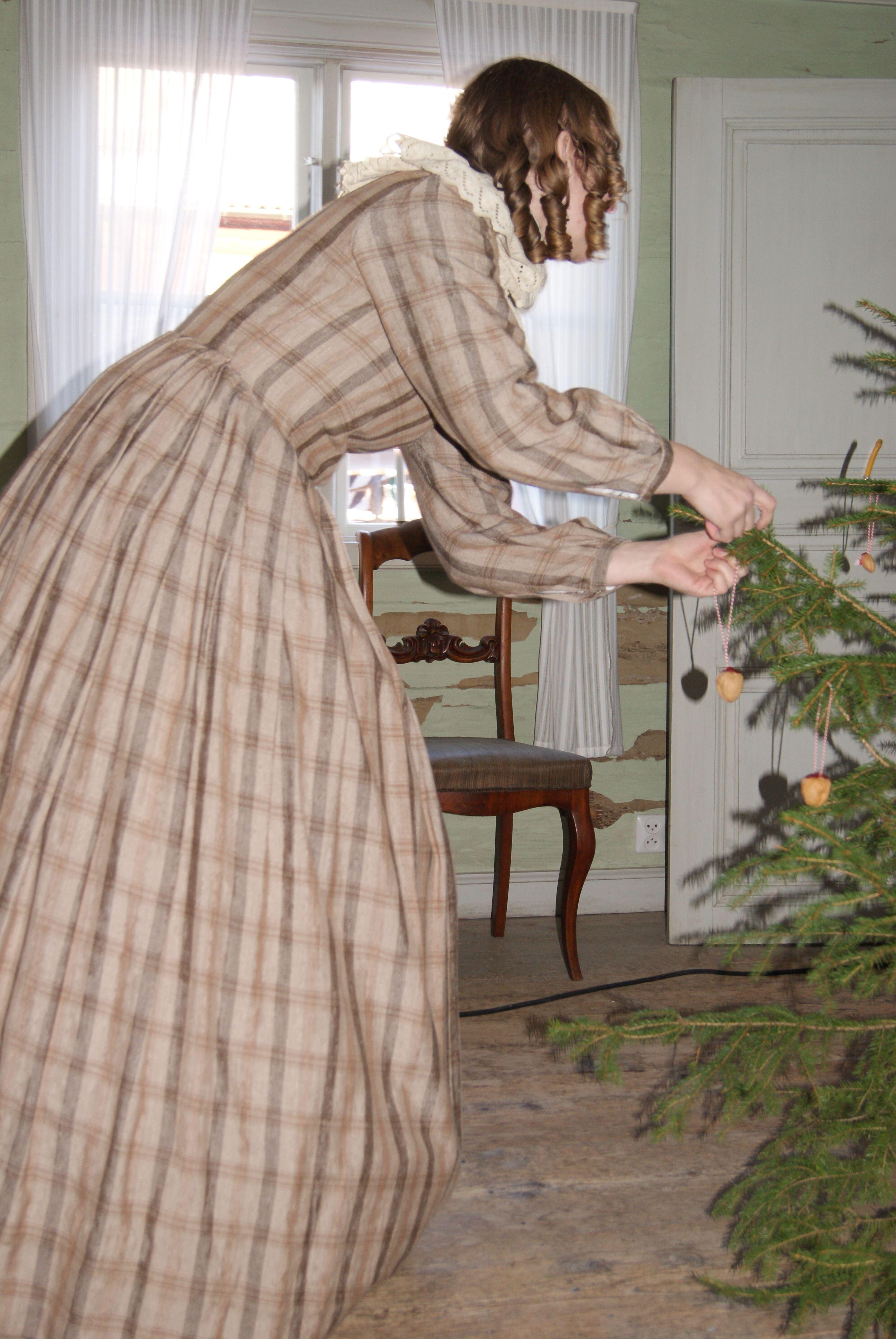 Julstämning i handelsboden  - med julskyltning, julpyssel och julgranar