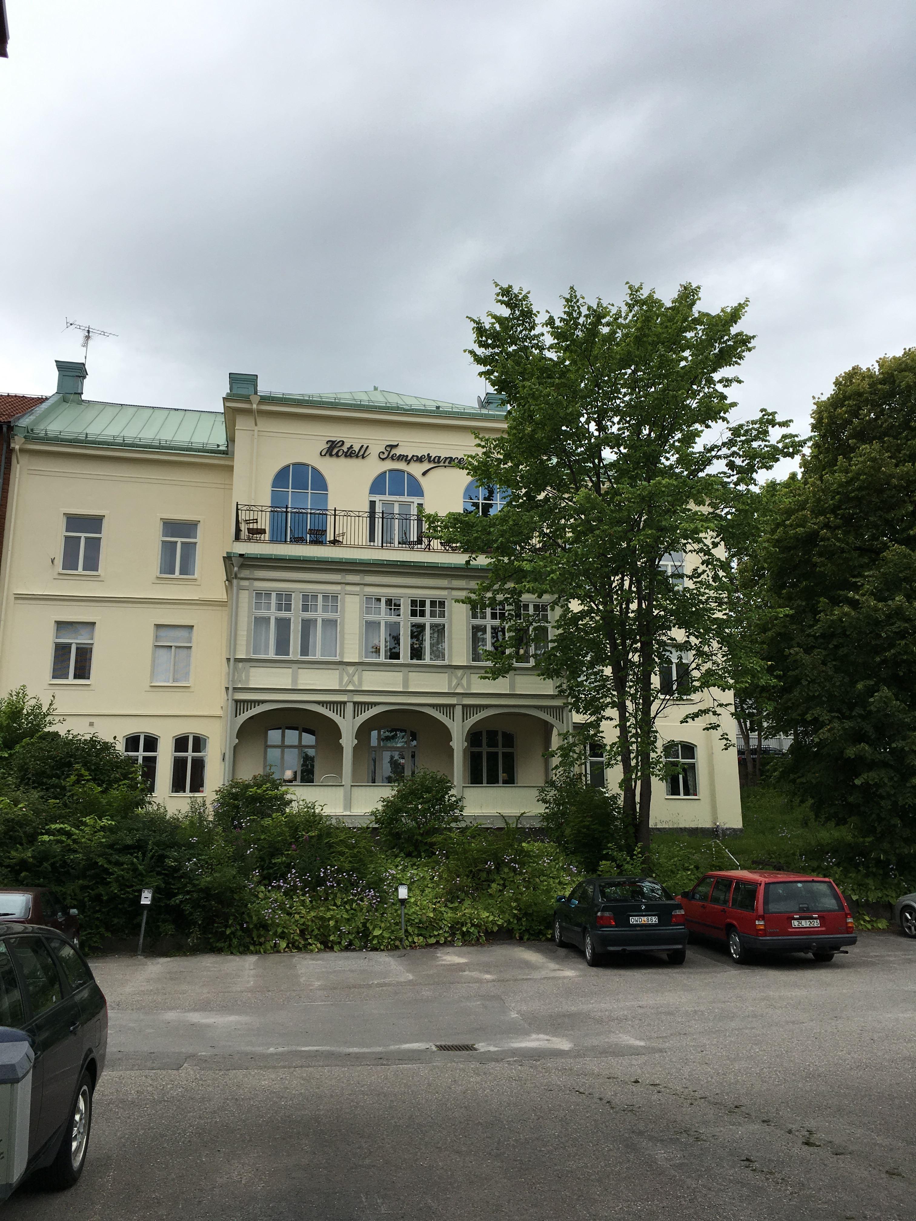 Lena E Andersson, Fasad mot parkering
